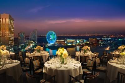 コンセプトは「横浜上空に浮かぶ大人のレストラン」。全面ガラス張り、横浜港やみなとみらいの絶景をバ ...